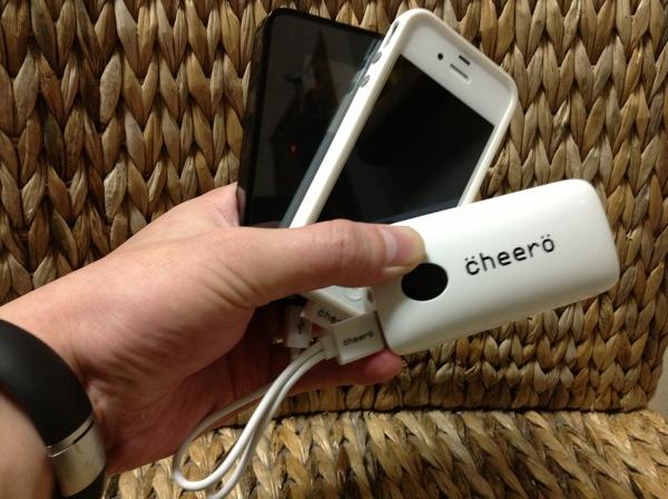 コスパ最強!iPhoneを2回フル充電できる軽量バッテリー「cheeroPowerGrip」超便利な2股ケーブル付きで1,880円!