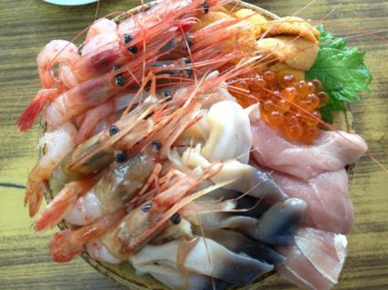 インパクト抜群&超旨い!「マルトマ食堂」の海鮮丼を食べたら幸せになれると思った
