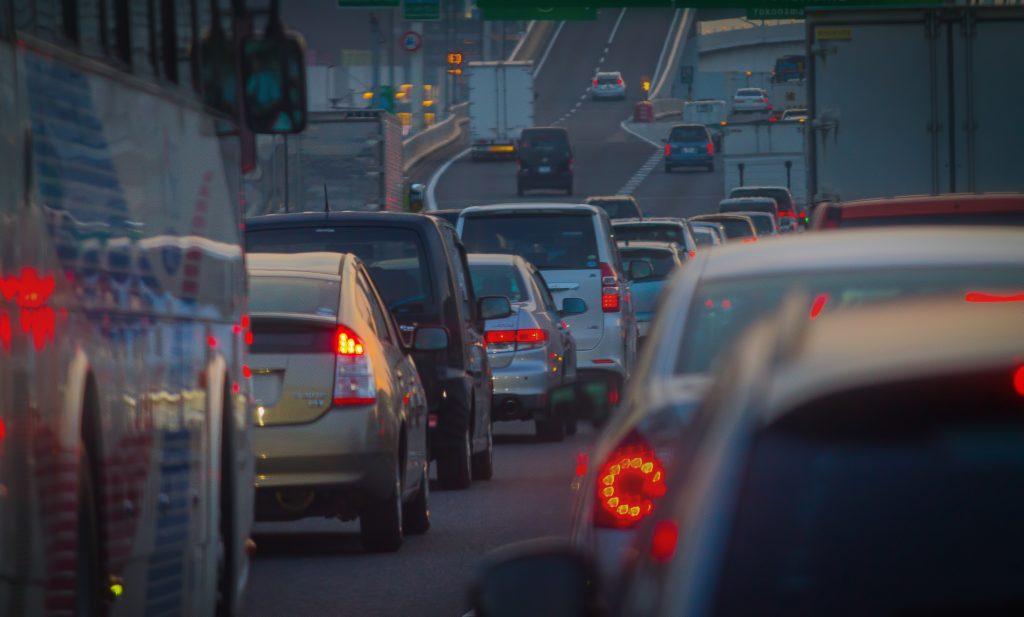 素朴な疑問、何で渋滞は起こるのか?先頭ってどうなってんの?
